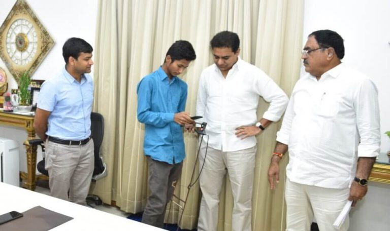 Glimpse-of-IT-Minister-KT-Rama-Rao-exploring-the-innovation-by-Young-Rural-Innovator